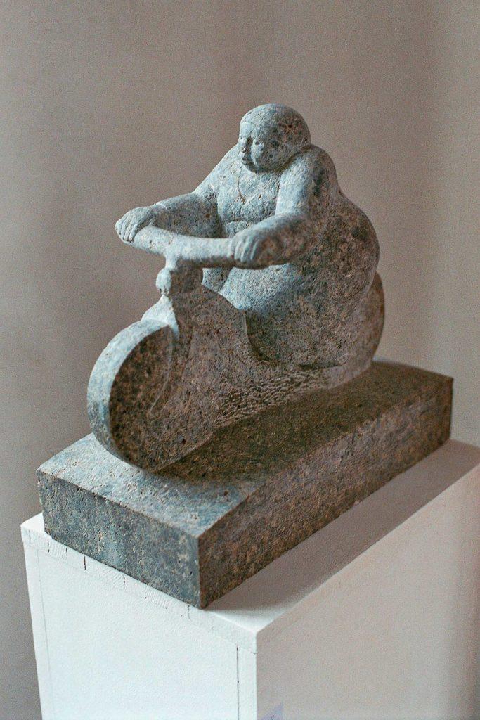 Fahrradfahrerin, Muschelkalk, 34,5 x 36 x 17,5 cm
