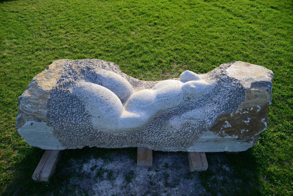Teréz, Muschelkalk, 80 x 315 x 100 cm