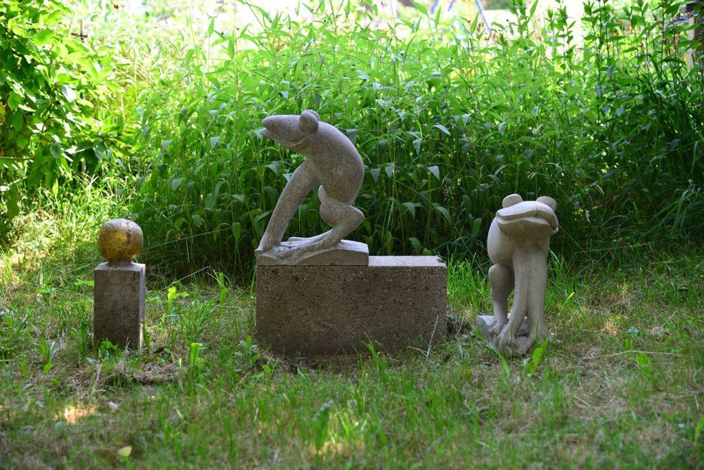 Froschkönig, links Muschelkalk, rechts Betonguss, 39,5 x 17 x 29 cm