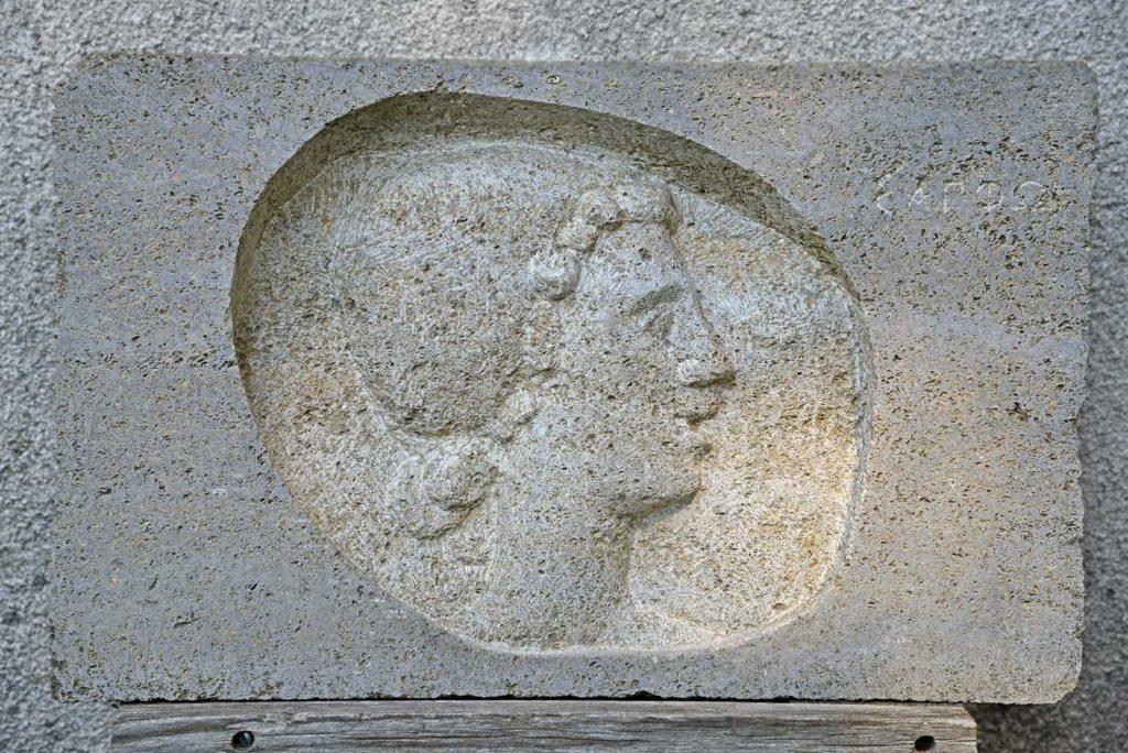 Sappho, Muschelkalk, 32 x 52 x 10 cm