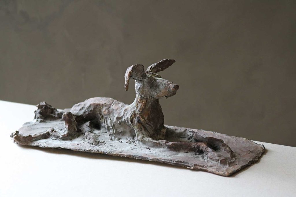 Hund mit Flugohren, Bronze, 11 x 33 x 14 cm
